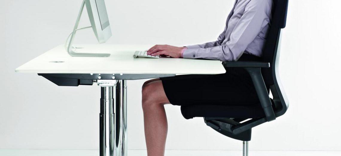 Angespannte Nackenmuskulatur beim sehen mit Gleitsichtbrille auf einen Monitor
