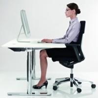 Entspannte Sitzposition beim sehen auf einen Bildschirmmonitor